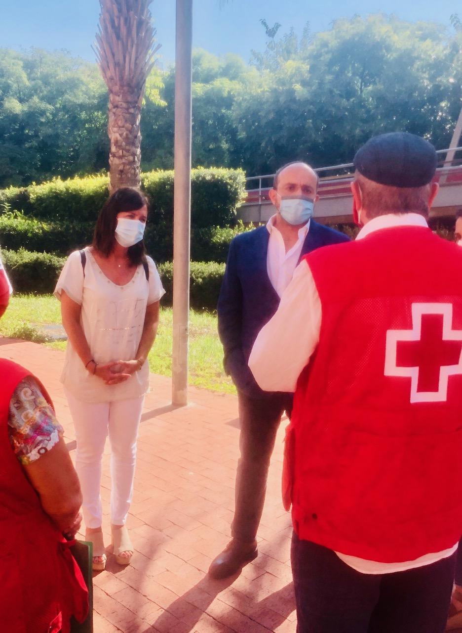 El Presidente del PP de Catalunya, Alejandro Fernández, visita el centro de distribución de alimentos de Cruz Roja en L'Hospitalet