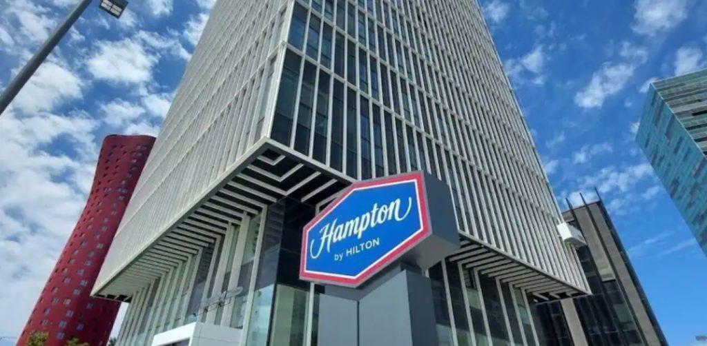 Hampton by Hilton Portada